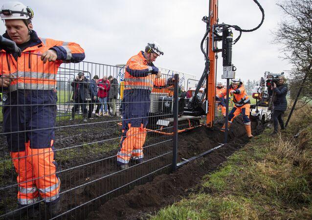 Danimarka'nın Almanya sınırına örmeye başladığının duvarın inşaatından bir kare