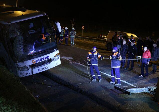 İstanbul'da yolcu otobüsünün devrilmesi sonucu 2 kişi öldü, 3'ü ağır 21 kişi yaralandı