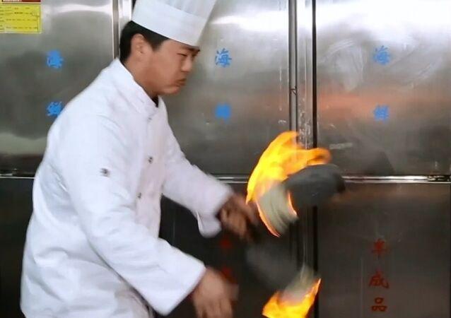 Çinli usta aşçıdan alevli bıçakların dansı