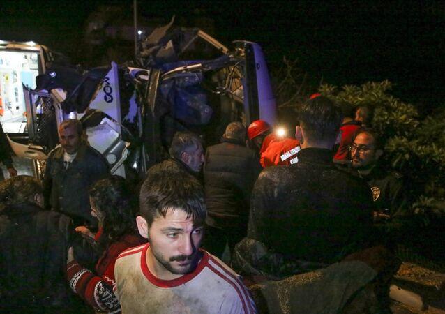 Adana'da asker uğurlamasına gidenleri taşıyan midibüs devrildi