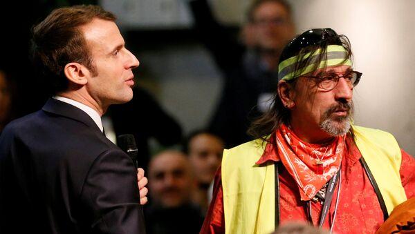 Sarı Yelekler'in taleplerini dinlemek ve hayata geçirebilmek amacıyla Fransa çapında 'Büyük Ulusal Tartışma' toplantıları başlatmış bulunan Emmanuel Macron, 24 Ocak'ta Valence yakınındaki Bourg-de-Peage'de düzenlenen toplantıya katıldı ve bazı Sarı Yelek üyeleriyle biraraya geldi. - Sputnik Türkiye