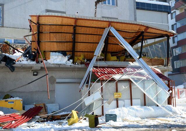 Bitlis, kar düşmesi sonucu kafenin teras katı çöktü