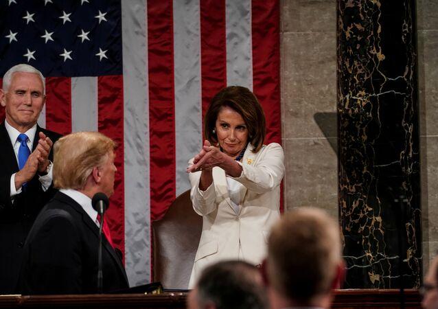 Trump'ın Meksika sınırına duvar inşa edilmesi konusunda hükümetin kapalı kaldığı dönemde polemiğe girmekten geri durmadığı Demokrat Temsilciler Başkanı Nancy Pelosi'nin, 'intikam politikasının terk edilmesi' çağrısı yapan Trump'ı alkışladığı anlardan bir kare de kinaye olarak yorumlandı.
