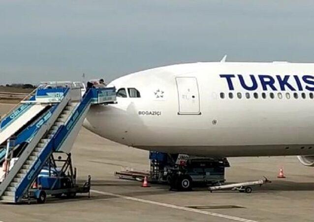 THY uçağının camı havadayken çatladı