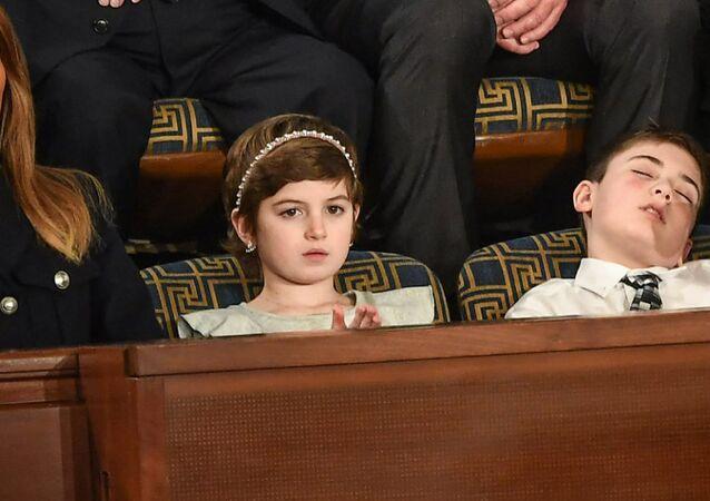 First Lady Melania Trump'ın davetlisi olarak SOTU'ya katılan çocuklar arasında kanser hastalığından kurtulan Grace Eline ve soyadı yüzünden okul arkadaşlarının zorbalığına uğrayan Joshua Trump vardı. Başkan Donald Trump konuşurken Joshua Trump'ın uyuyakalması, kameralara yansıdı.