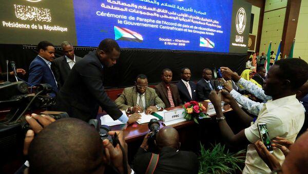 Orta Afrika Cumhuriyeti hükümetiyle silahlı gruplar, nihai barış anlaşmasını imzaladı - Sputnik Türkiye