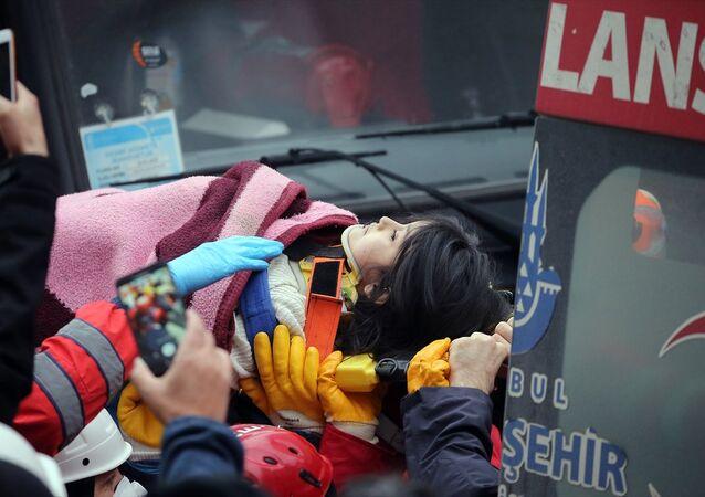 Enkaz altından 5 yaşındaki Havva Tekgöz kurtarıldı.