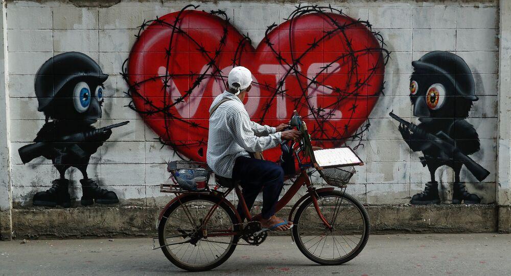 Tayland'ın başkenti Bangkok'ta, 2014 askeri darbesi sonrası düzenlenecek ilk seçimler için oy kullanma çağrısı yapan duvar resimleri