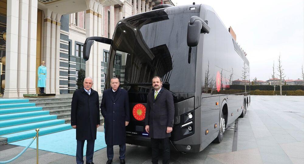 Cumhurbaşkanı Recep Tayyip Erdoğan (ortada), BMC firması tarafından Cumhurbaşkanlığına hediye edilen aracı inceledi.