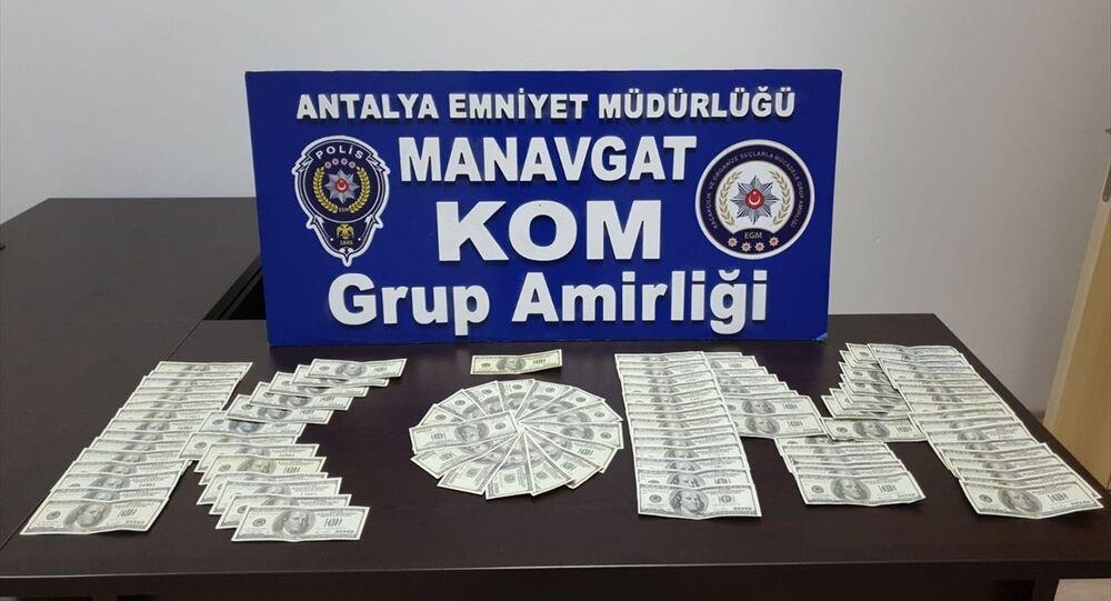 Antalya'nın Manavgat ilçesinde, piyasaya sahte para sürmeye çalıştığı öne sürülen yabancı uyruklu iki şüpheli tutuklandı.