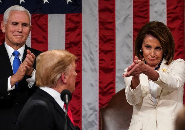 ABD Başkanı Donald Trump 'Birliğin Durumu' konuşmasını noktaladığında, arkasında duran Temsilciler Meclisi Başkanı Nancy Pelosi'nin alkışı ve tebessümü