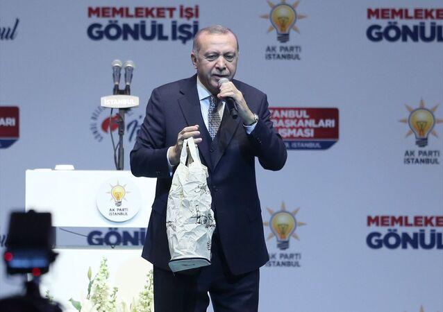 Erdoğan, Sinan Erdem Spor Salonu'nda İstanbul Sandık Başkanları Buluşması'nda konuştu: CHP ve avaneleri, onlar naylon poşetle icrada bulunuyorlar, bizim ise biliyorsunuz kenevirden dokunmuş torbalarımız var, size hediyemiz olacak. Bu 'Sıfır Atık Projesi'nin çevreci yaklaşımıdır. Naylon poşetler yüzlerce yıl yok olmuyor. Onlar toprağın katilidir.