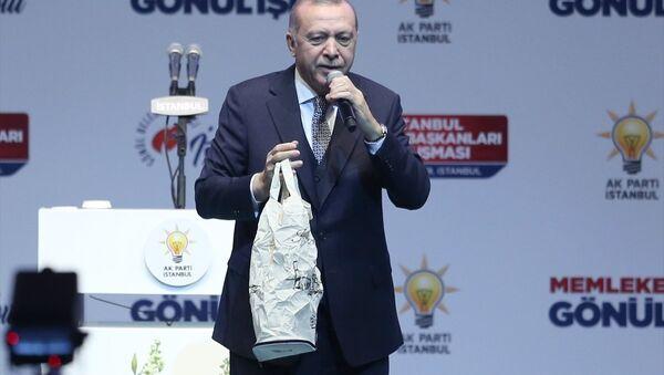 Erdoğan, Sinan Erdem Spor Salonu'nda İstanbul Sandık Başkanları Buluşması'nda konuştu: CHP ve avaneleri, onlar naylon poşetle icrada bulunuyorlar, bizim ise biliyorsunuz kenevirden dokunmuş torbalarımız var, size hediyemiz olacak. Bu 'Sıfır Atık Projesi'nin çevreci yaklaşımıdır. Naylon poşetler yüzlerce yıl yok olmuyor. Onlar toprağın katilidir. - Sputnik Türkiye
