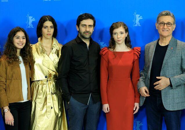 69. Uluslararası Berlin Film Festivali'nde Altın Ayı için yarışan Kız Kardeşlerin senarist ve yönetmeni Emin Alper, Başlıca amacım umut hikayesini anlatmak. Daha iyi bir yaşam umuduyla hareket eden insanların hikayesini anlatmak. dedi.