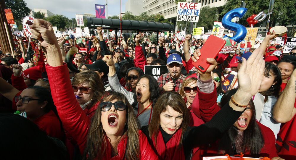 ABD'nin Denver kentinde, maaşlarının arttırılması konusunda okul yönetimleriyle yaptıkları görüşmelerden sonuç alamayan 4 binden fazla öğretmen greve gitti.