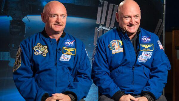 Mark Kelly ve ikizi Scott Kelly - Sputnik Türkiye