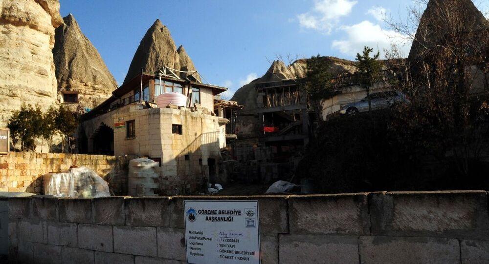 Kapadokya'da peribacaları yanında inşa edilen yan yana 2 binadan oluşan otel inşaatı
