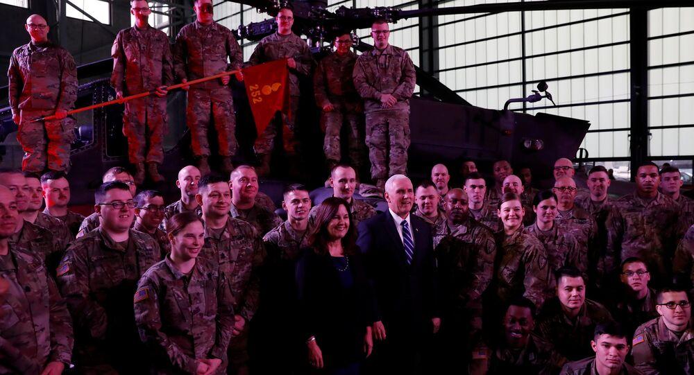 ABD Başkan Yardımcısı Mike Pence ile eşi Karen, Polonya'nın başkenti Varşova'da havaalanına inmelerinin ardından bu ülkede konuşlu Amerikan askerleriyle buluştu.