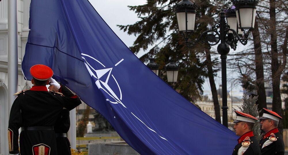 Makedonya hükümet binası önünde dün düzenlenen törenle ülke bayrağının yanına NATO bayrağı göndere çekildi.