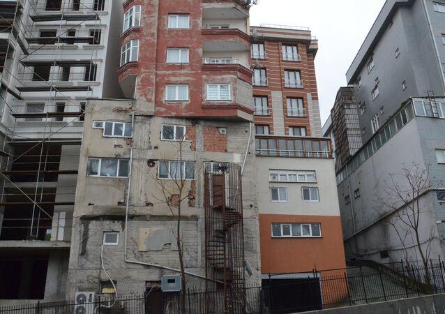 Bağcılar -  Üst üste konulmuş iki binayı andıran apartman görenleri şaşkına çevirdi