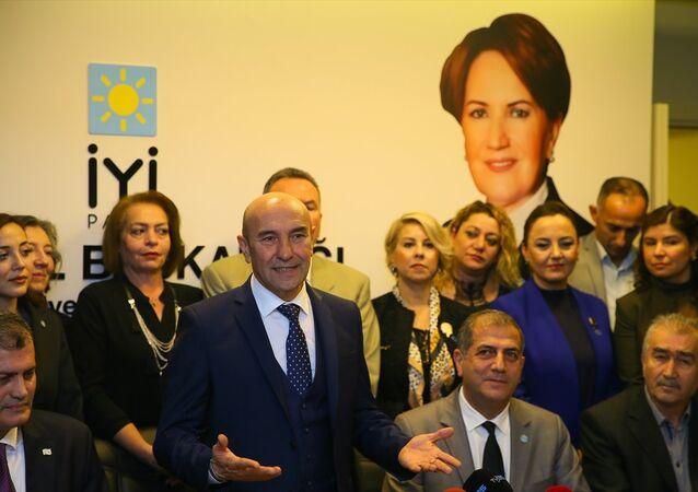 CHP'nin İzmir Adayı Tunç Soyer, Sur Belediyesine hendeklere destek olmak için gitmedik. Bir kanunla kayyum denilen bir şey başlatıldı. Bu, yerel mevzuatın tamamen dışında hukuki olmayan bir kanundur. Bir belediye başkanı olarak böyle bir adım atıldığında buna tepki göstermek, bunun yanlış olduğunu söylemek en demokratik tavırdır dedi.