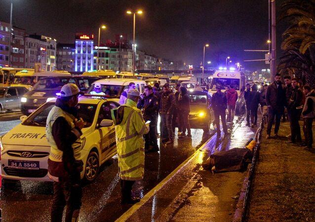 Fatih'te yaya geçidinden geçerken minibüsün çarptığı Fas uyruklu kadın hayatını kaybetti.
