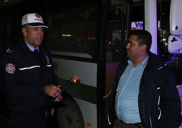 Halk otobüsü sürücüsü, direksiyon başında okey oynadı