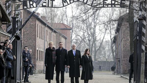 ABD Başkan Yardımcısı Mike Pence Auschwitz'i ziyaret etti - Sputnik Türkiye