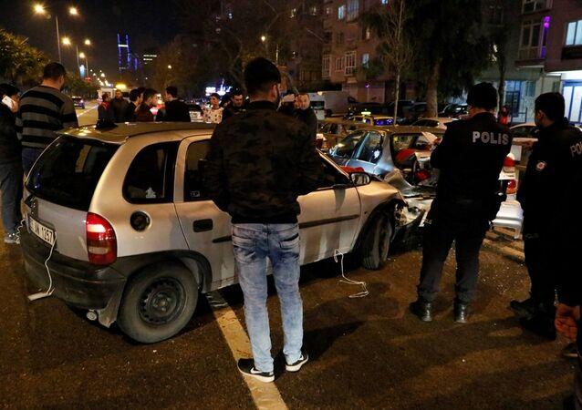 İzmir'de asker uğurlama konvoyunda meydana gelen zincirleme trafik kazasında 3 kişi yaralandı.