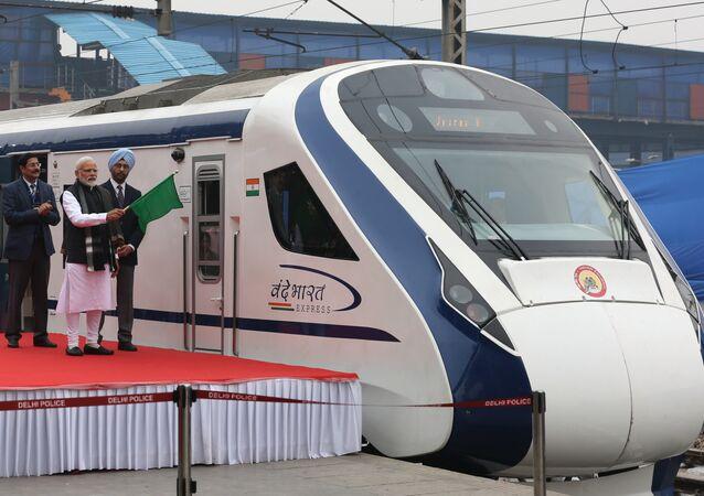 Hindistan'ın en hızlı treni, Başbakan Narendra Modi tarafından törenle tanıtıldıktan bir gün sonraki ilk yolculuğunda bozuldu.