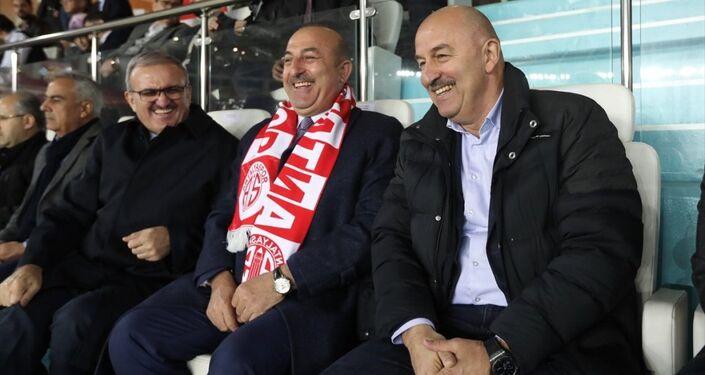 Spor Toto Süper Lig'de 22. haftanın kapanış maçında Antalyaspor ile Medipol Başakşehir, Antalya Stadı'nda karşılaştı. Karşılaşmayı Dışişleri Bakanı Mevlüt Çavuşoğlu ile Rus Milli Takımı Teknik Direktörü Stanislav Çerçesov birlikte izledi.