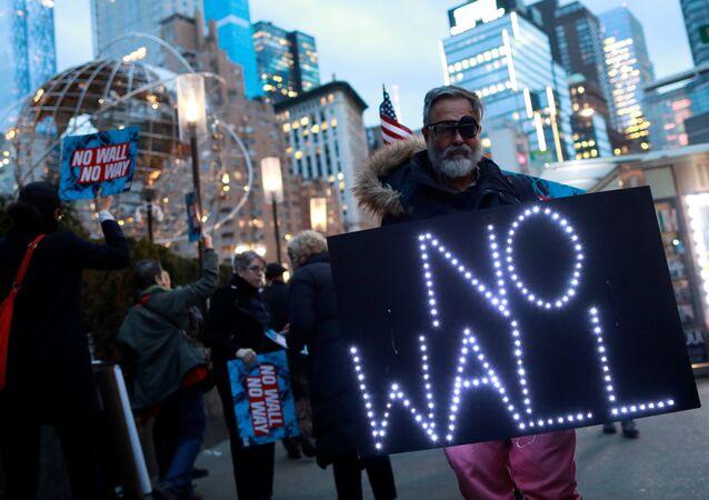 ABD Başkanı Donald Trump, Meksika Duvarı nedeniyle protesto edildi