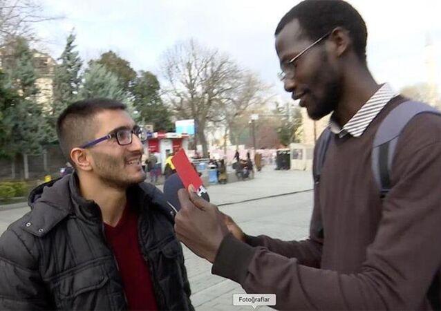 Olumsuz Afrika imajına kırmızı kart çıkarıyoruz kampanyası kapsamında, Türkiye'de eğitim gören Afrikalı öğrenciler, 'zenci' diyenlere 'kırmızı kart' gösterdi