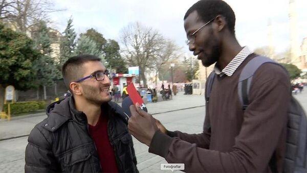 Olumsuz Afrika imajına kırmızı kart çıkarıyoruz kampanyası kapsamında, Türkiye'de eğitim gören Afrikalı öğrenciler, 'zenci' diyenlere 'kırmızı kart' gösterdi - Sputnik Türkiye