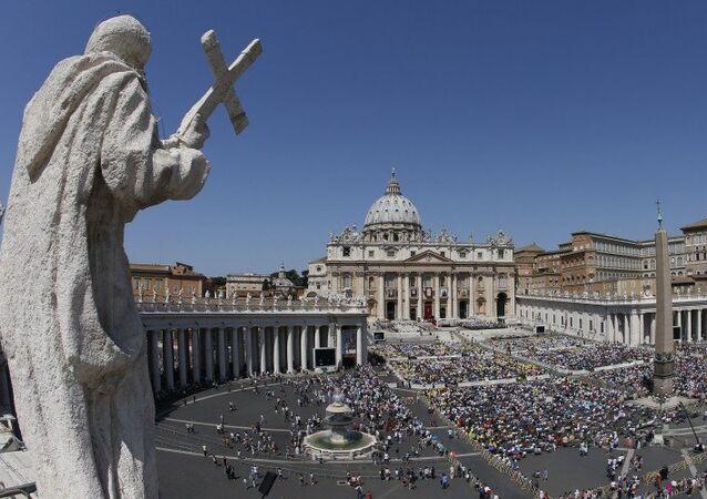 Vatikan'daki Aziz Petrus Meydanı'nda Bernini sütunlarını oluşturan heykellerden biri