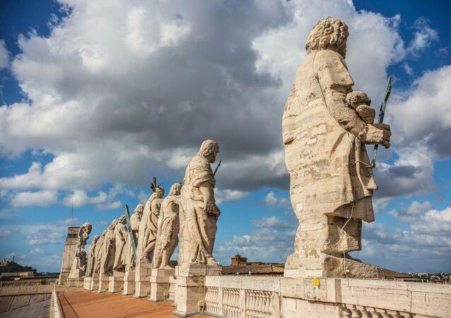 Vatikan'da Aziz Petrus Bazilikası'nın tepesindeki havari heykelleri
