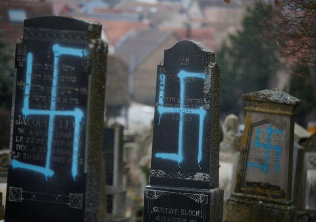 Fransa'nın Alsas bölgesindeki Strasbourg kentine yakın Quatzenheim kasabasında Yahudi mezarlığı saldırıya uğradı, mezarlara gamalı haç çizilip zarar verildi.