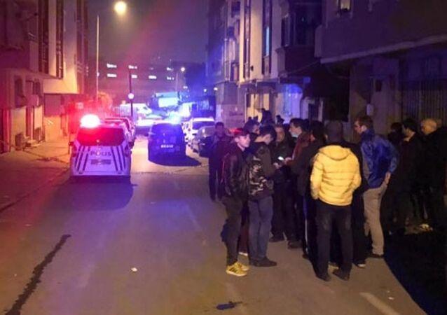 Ayvacık'taki depremin ardından Gaziosmanpaşa'da çatlakların oluştuğu bina boşaltıldı