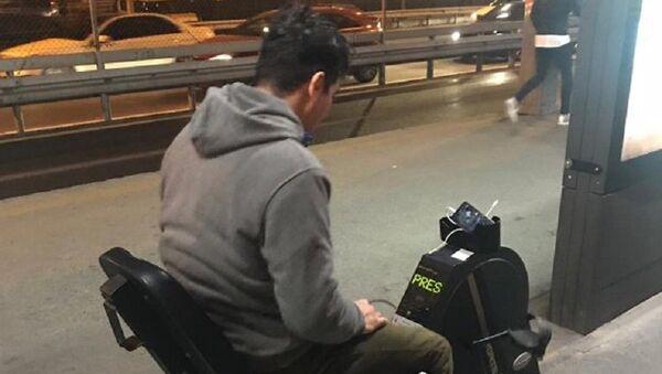 Metrobüs durağında telefonu şarj eden bisiklet - Sputnik Türkiye
