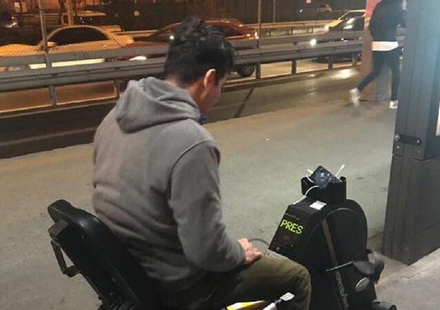 Metrobüs durağında telefonu şarj eden bisiklet