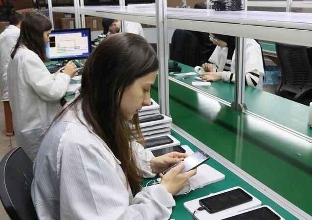 Reeder ilk akıllı cep telefonu 'P 13 Lite'ın üretimine başladı