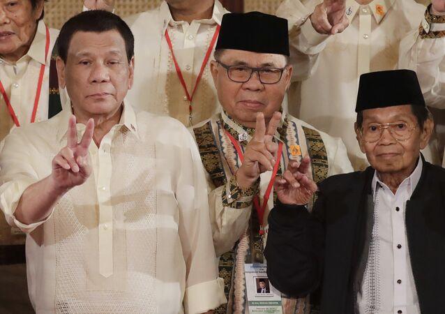 Filipinler Devlet Başkanı Rodrigo Roa Duterte, Moro İslami Kurtuluş Cephesi (MİKC) lideri Hacı Murat İbrahim ve Bangsamoro Geçiş Komisyonu Siyasi İşler Başkan Yardımcısı Gazali Cafer