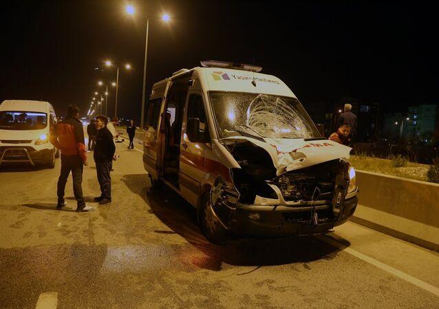 Antalya'nın Konyaaltı ilçesinde ambulansın çarptığı yaya hayatını kaybetti.