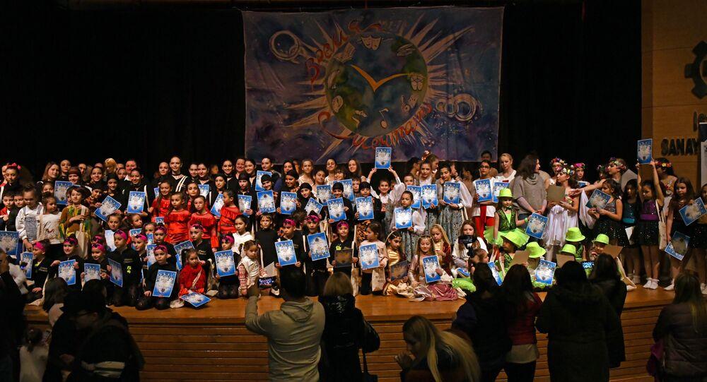 3. Uluslararası Çocuk ve Gençlik Sanat Festivali dans yarışmasını gerçekleştirdi. Gösteri sonunda katılımcı çocuklar hediyelerini aldı.