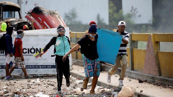 23 Şubat'ta insani yardımların sınırı geçmesinin ardından Venezüella ve Kolombiya arasındaki Simon Bolivar Köprüsü'nde çatışma yaşandı. - Sputnik Türkiye