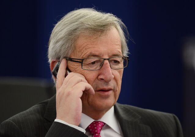 AB Komisyonu Başkanı Jean-Claude Juncker'i konuşma yaptığı sırada eşi aradı. Konuşmasını kesip eşinin telefonunu açan Juncker, tüm salonu güldürdü.