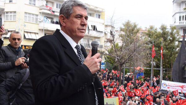 İzmir'de adaylığı ilçe seçim kurulu tarafından düşürülen Balçova Belediye Başkanı ve CHP'nin belediye başkan adayı Mehmet Ali Çalkaya'nın beklediği karar, İl Seçim Kurulu'nca verildi. Çalkaya'nın durumunu görüşen kurul, memnu haklarının iadesi belgesini gerektirecek bir durumunun bulunmadığına karar verdi. - Sputnik Türkiye