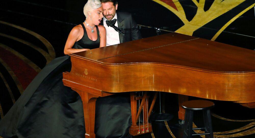 Lady Gaga ve Bradley Cooper, Oscar töreninde ödül alan 'Shallow' şarkısını birlikte seslendirdi.
