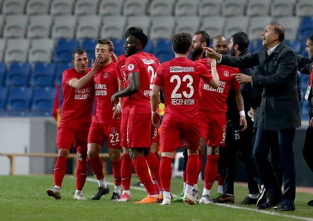 Ziraat Türkiye Kupası çeyrek finalinde 0-0'ın rövanşında Trabzonspor'u 3-1 yenen Ümraniyespor, yarı finale yükseldi.