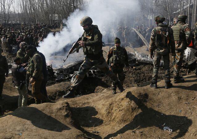 Pakistan ordusu hava sahalarına giren iki Hint savaş uçağının vurulduğunu ve birinin düştüğünü açıkladı.